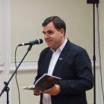 j.-zitkauskas-skaite-dzukiskai-savo-eiles-is-poezijos-knygos