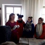 Muziejaus darbuotoja E. Skeivienė rodo šeštokams eksponatus