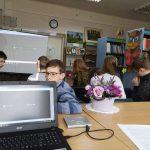 Mokiniai klauso žemaitiškų dainų įrašų