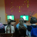 Vaikai žiūri animacinį filmuką apie knygnešius
