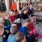 Vaikai bibliotekoje žiūri filmuką