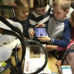 Vaikai domisi interaktyviomis knygomis