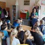 Vaikai klausosi pasakos apie knygų herojus