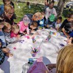 Vaikai margina kiaušinį įvairiais piešiniais