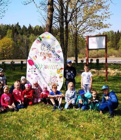 Balėnų kaimo vaikai prie Didžiojo kiaušinio