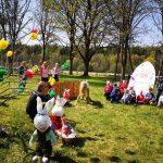 Balėnų kaimo vaikai papuoštame kiemelyje