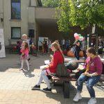 Prie bibliotekos grojo ir dainavo Vytauto Klovos muzikos mokyklos moksleiviai