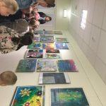 Mokiniai domisi vaikų piešinių paroda