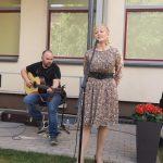 Poezijos ir muzikos  šventės vedėja Daiva Gedvilienė ir dainų autorius bei atlikėjas Renatas Selenis