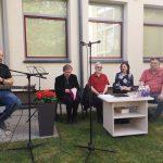 Poezijos pavasario dalyviai Mažeikių viešosios bibliotekos kiemelyje