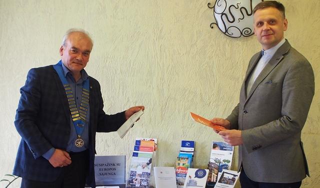 Rotariečiai prie pažintinės-informacinės parodos