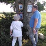 R. Šiaulytienė ir klebonas D. Žydackas prie Petraičiuose augančio dvišakio ąžuolo