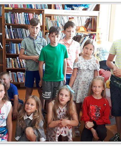 """Viktorinos """"Pažink Žemaitijos kraštą"""" dalyviai bibliotekoje"""
