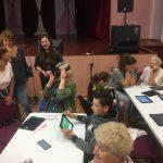 Dalyviai išbando virtualios realybės akinius