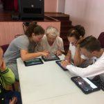 Jaunuoliai padeda babytėms įveikti programėlės sunkumus