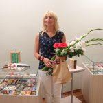 Padėka kolekcininkei – parodos pristatymo dalyvių gėlės
