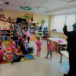 Bibliotekininkė B. Vaizgėlienė pasakoja mažiesiems apie bibliotekoje gyvenančias knygeles