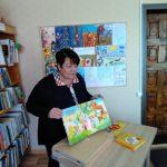 Bibliotekininkė B. Vaizgėlienė pristato bibliotekoje esančias knygas