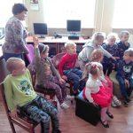 Vaikai atsakinėja į klausimus apie biblioteką