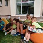 Vaikai skaito knygas kartu su pirštinine lėle