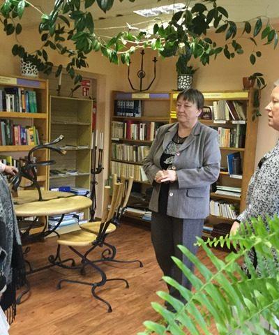 Viekšnių bibliotekoje lankėsi dainininkė Veronika Povilionienė