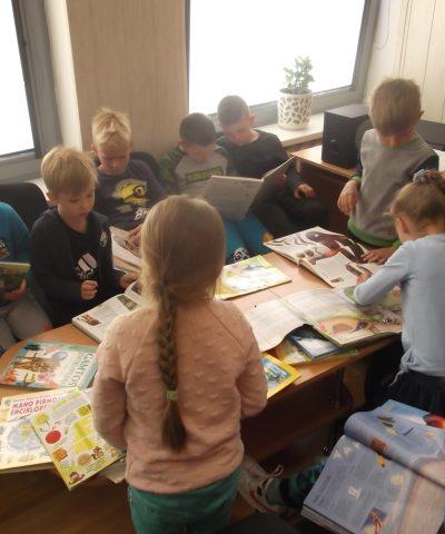 Darželinukai susipažįsta su knygomis apie gyvūnus