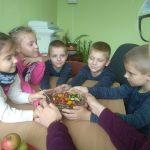 Vaikai paruošė sveikuolių mišrainę