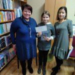 Bibliotekininkė B. Vaizgėlienė ir solfedžio mokytoja I. Čepienė su pagrindinio prizo nugalėtoja Andrėja