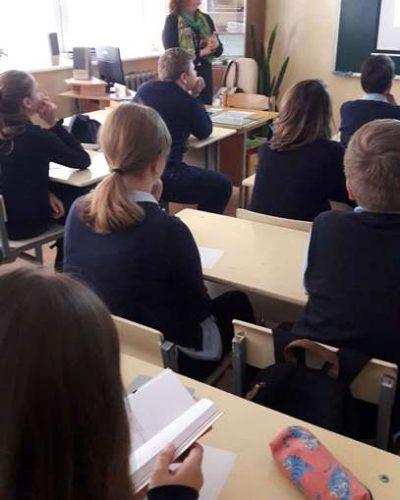 Jūratė Norvaišienė supažindina mokinius su haiku