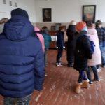 Moksleiviai apžiūri muziejuje esančius eksponatus