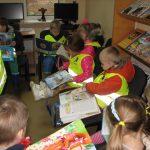 Vaikai varto pasakų knygeles