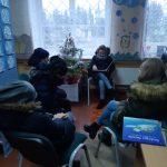 """Augustė skaito knygutę """"Linksmų Kalėdų, Juodi"""""""