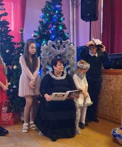 Bibliotekininkė B. Vaizgėlienė su vaikais seka kalėdinę pasaką