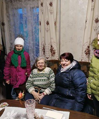 """Būrelio """"Knygų bičiuliai"""" mergaitės ir bibliotekininkė aplankė senjorę R. Kocienę"""