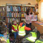 Darželinukai įdėmiai klausėsi bibliotekininkės sekamos pasakėlės