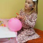 Keturmetė dailininkė piešia ant baliono