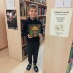 Martynas dovanoja knygą bibliotekai.