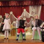Mokytojas A. Dobrovolskis ir mažieji muzikantai