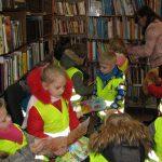 Vaikai domisi knygelėmis