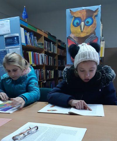 Mergaitės skaito A. Puišytės kūrinėlius