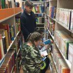 Mokiniai renkasi knygas