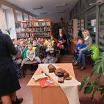 Vaikai klauso pasakojimo apie duoną