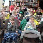 Vaikai ragauja duoną