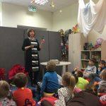 Vaikai susipažįsta su bibliotekos taisyklėmis