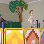 """2004 m. Mažeikių viešojoje bibliotekoje vaikai žiūrėjo lėlių teatro """"Vyturiai ir pelėdžiukai"""" spektaklį """"Knygynukas tvarkdarys ir suplėšyta knyga"""""""