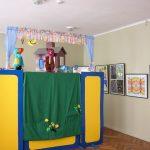 """2005 m. Mažeikių viešojoje bibliotekoje vaikai žiūrėjo lėlių teatro """"Vyturiai ir pelėdžiukai"""" spektaklį """"Kiškio trobelė"""""""
