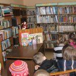 """2012 m. organizuota popietė """"Tyliai šnara knygos lapai"""". Vaikai klausosi bibliotekininkės S. Brasienės sekamos A. Preisen pasakos """"Apie ožiuką, kuris mokėjo skaičiuoti iki dešimties"""""""