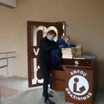 Kiekvieną dieną į knygų grąžinimo dėžę skaitytojai sudeda atneštas knygas