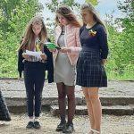 Bibliotekininkės paruoštos skaitovės Liepa, Arijana ir Gabrielė skaito eiles