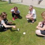 Vaikai atlieka vulkano išsiveržimo bandymą.